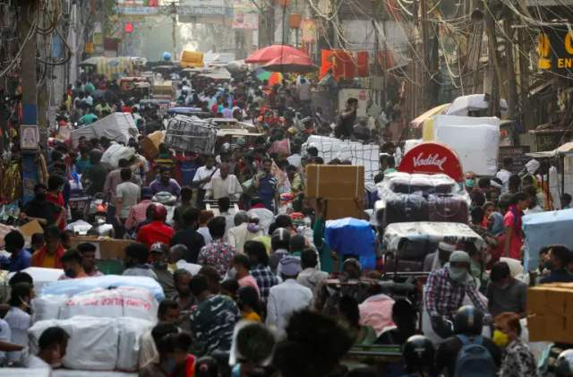На фото многолюдный рынок в кварталах старого Дели в разгар эпидемии