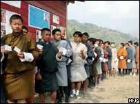 До самих выборов жителям Бутана провели репетицию голосования