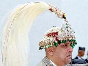 Бывший король Непала Гьянендра с короной