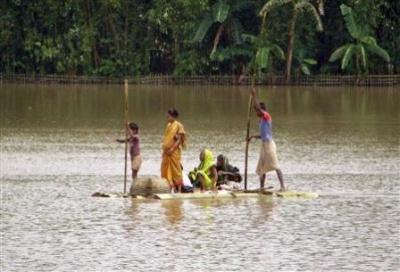 пострадавшая семья покидает затопленную местность