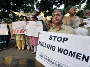 """Пакистанские правозащитники протестуют против убийств женщин """"в защиту чести""""."""