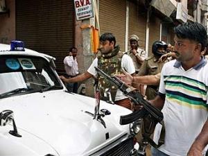 Полицейский кордон во время спецоперации по ликвидации террористов в Дели
