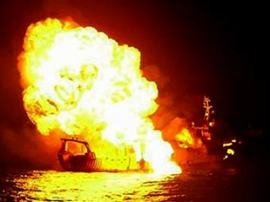 Горящий тайский траулер, подбитый ВМС Индии.