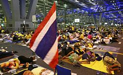 В аэропорту Суванапум скопилось уже более трех тысяч пассажиров.