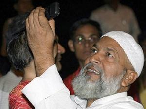"""Житель Мумбаи снимает на камеру телефона ночной штурм отеля """"Оберой""""."""