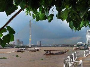 Вид на мост Рамы VIII с набережной реки Менам-Чао-Прая.