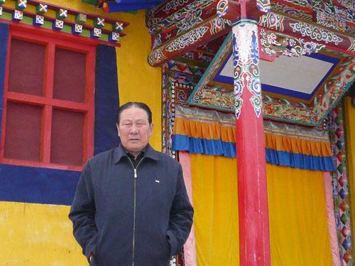 Гонгбу Таши перед домом семьи Далай-ламы XIV