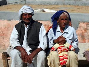 Баба (72 года), Раджо (70 лет) и их дочка Навин (4 месяца)
