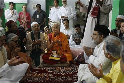Молебен в суфийском храме Низамуддин Чиллан.