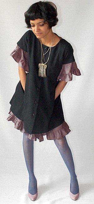 Образ нежной фарфоровой куколки: под черное верхнее платье девушка надела светлое шифоновое.