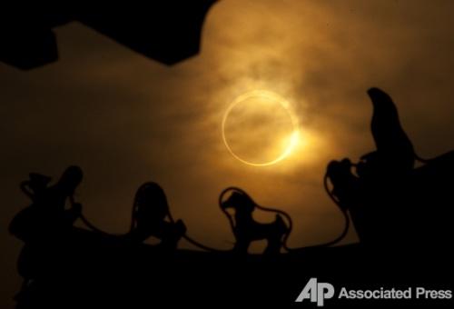 Вид на солнечное затмение из древнего китайского храма