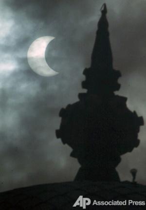 И над храмом в Индонезии