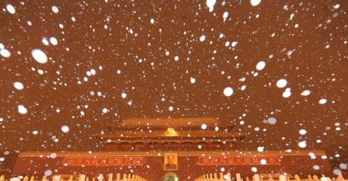 Снег идет над площадью Тяньаньмэнь в Пекине, столице Китая, 13 февраля