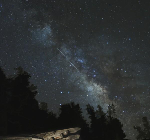 Метеор Лирид и Млечный путь.   Credit & Copyright: Tony Rowell